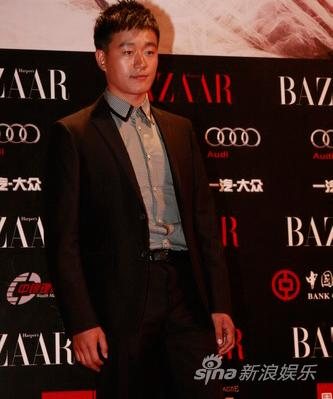图文:BAZAAR明星慈善夜红毯-佟大为西装帅气