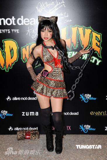 图文:吴彦祖万圣节开派对--超短裙和铁链
