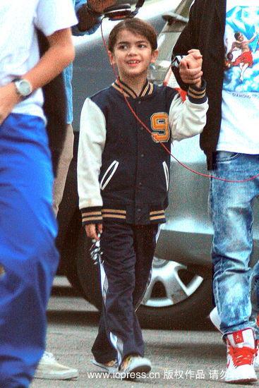 图文:杰克逊子女逛街--小儿子长得非常像老爸