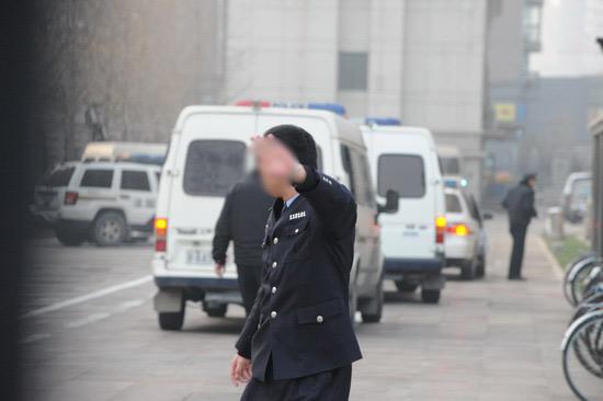 图文:臧天朔案今将宣判--警察示意媒体不要跟拍