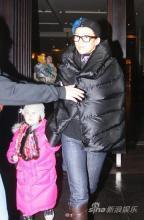 章子怡携外甥女悠闲散步个人海报惨被泼墨(图)