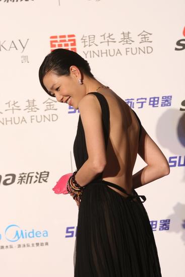图文:年度女歌手张悬突破尺度大露背