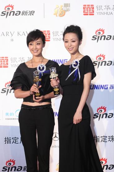 图文:新浪网络盛典-赵子琪和张静初微笑