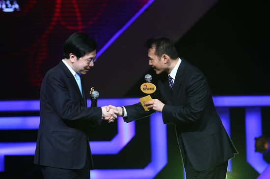 图文:新浪网络盛典-李开复(左)与胡一虎握手