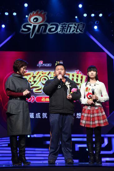 图文:新浪网络盛典-救人英雄发表荣誉感言