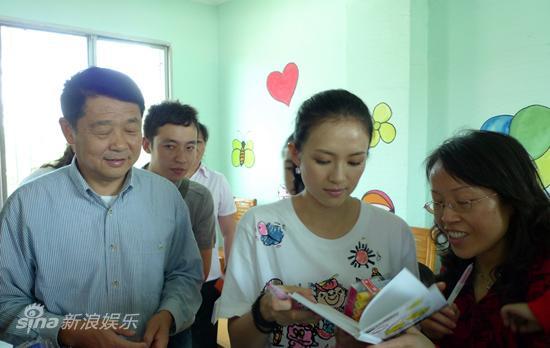图文:章子怡德阳项目儿童节启动-章子怡与德阳领导看望残孤儿