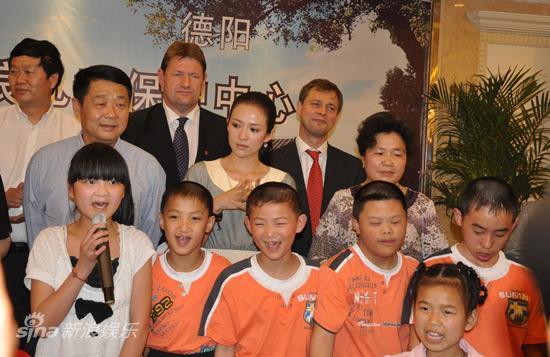 图文:章子怡德阳项目儿童节启动-孩子们唱起《感恩的心》