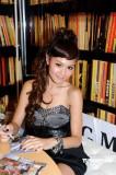 周秀娜及众嫩模出席写真集签名会不与baby比拼