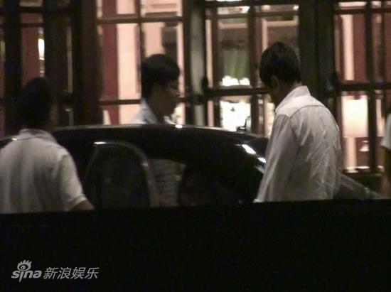 图文:刘嘉玲陪大款被拍-饭店门外