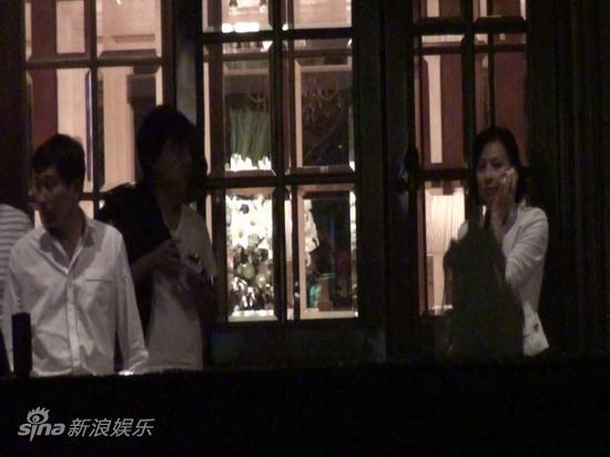 图文:刘嘉玲陪大款被拍-刘嘉玲打电话