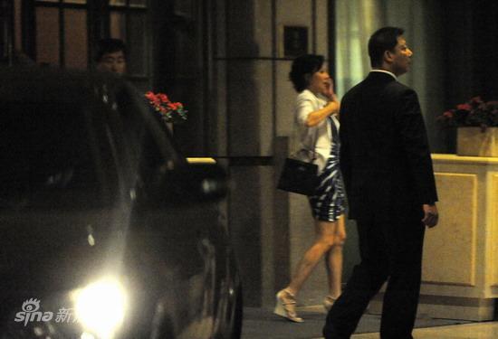 图文:刘嘉玲陪大款被拍-刘嘉玲聊电话