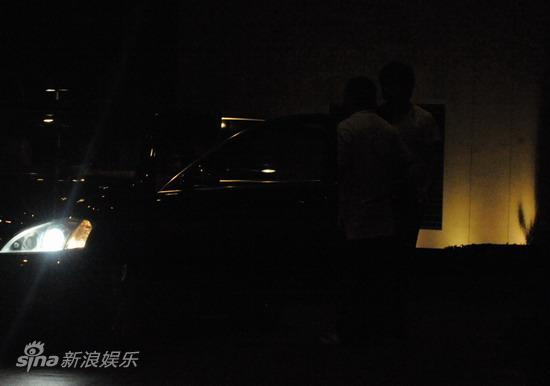 图文:刘嘉玲陪大款被拍-车即将启动