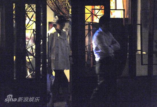 图文:刘嘉玲陪大款被拍-刘嘉玲紧随友人