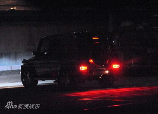 图文:刘嘉玲陪大款被拍-车子绝尘而去