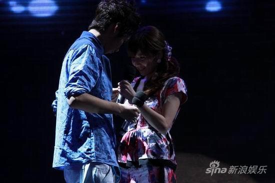 图文:《名师》配对赛第4场-刘成吟为陈帅别上胸针