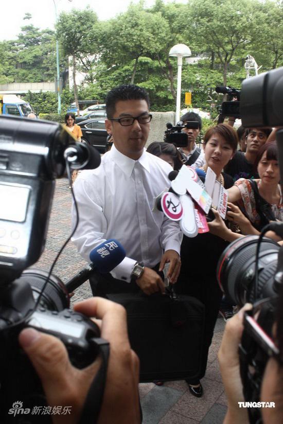 图文:贾静雯争女案开庭-孙志浩抵达法庭