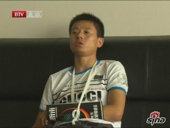 图文:李鹤彪被警方带走-被打伤者周广甫