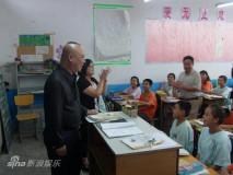 郭德纲义演进校园农民工子女中选拔新星(图)