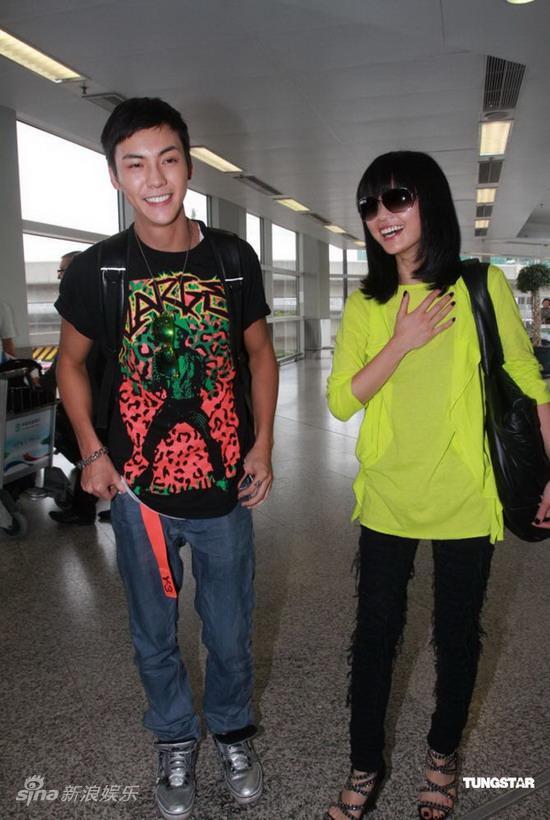 图文:阿Sa陈伟霆机场现身-两人开心大笑