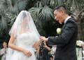图文:陈小春应采儿结婚-新人交换戒指