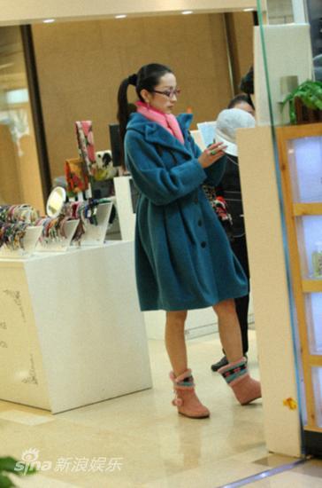 青年民歌歌手汤灿近日逛街被偷拍
