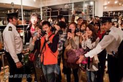 黄晓明伦敦签售与海外华人互动遭粉丝围堵(图)