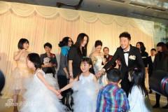组图:胡可婚礼现场抛花球娇俏伴娘喜收花球