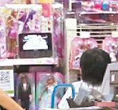 张柏芝为儿庆生带两子逛街打赏玩具秀母爱(图)