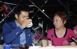 黄晓明台湾与粉丝过七夕母女档追星高喊喜欢你