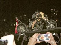 Gaga香港个唱疯狂自曝坏女孩拿歌迷T恤擦下体
