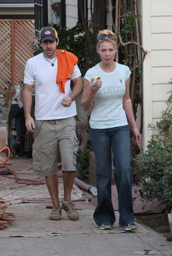 凯瑟琳-海格尔与老公外出疑犯烟瘾急找小卖店