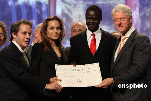 美国前总统克林顿(右一)在首日大会上接受了好莱坞影星安吉利娜·茱利