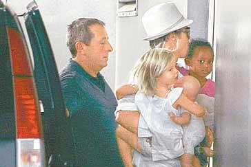 茱莉南法产子花费1亿皮特为龙凤胎剪脐带(图)