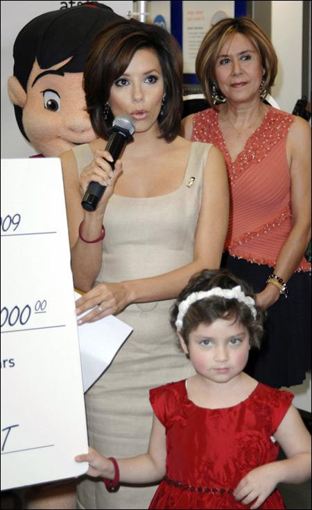 伊娃-朗格利亚高贵典雅装扮帮助患癌儿童(图)