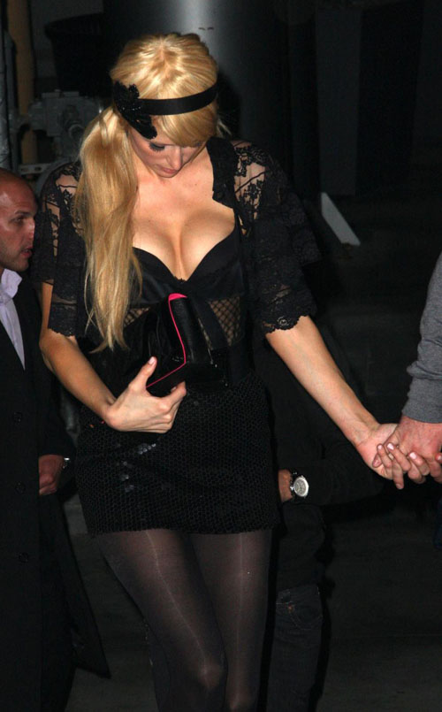 希尔顿与男友夜店狂欢性感服饰秀酥胸美腿(图)