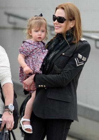 妮可-基德曼抱女儿与丈夫漫步街头(图)