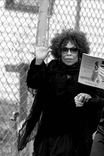 RobertaFlack出席葬礼,惠特尼-休斯顿曾经拜她为师,学习唱功 图/东方IC