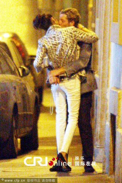 拉普-艾尔坎恩背女友与亿万名媛当街热吻