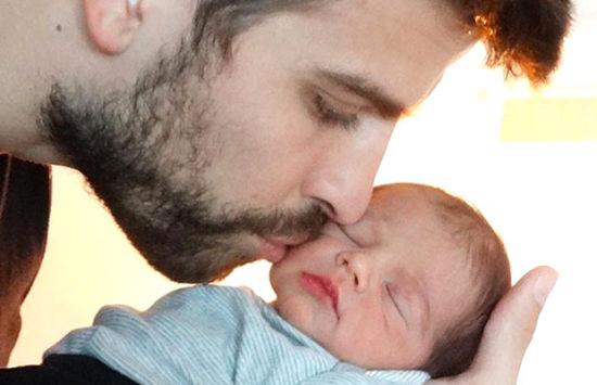 夏奇拉曝光儿子照片 皮克轻吻儿子