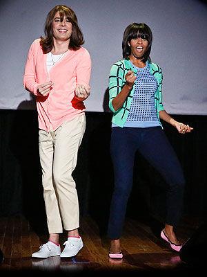 """米歇尔・奥巴马与男扮女装的主持人吉米・法伦跳""""妈妈舞"""""""
