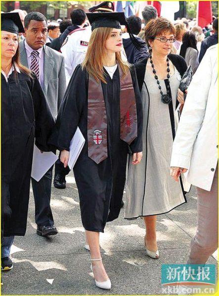 穿着学士服的艾玛