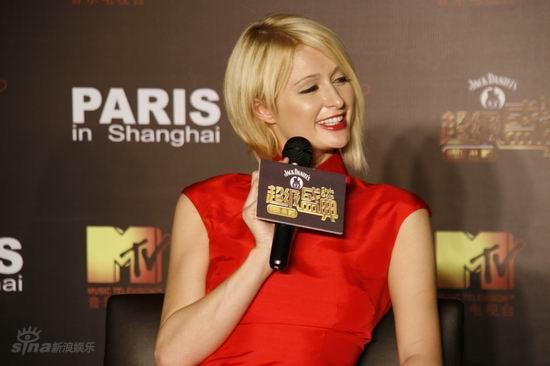 图文:希尔顿出席MTV发布会-开心大笑