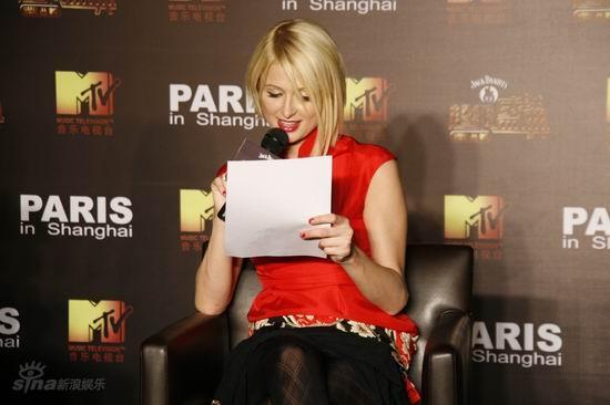 图文:希尔顿出席MTV发布会-仔细阅读