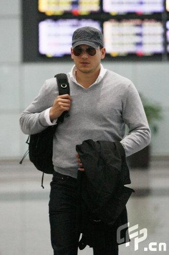 组图:米勒离开中国机场与美女蜜拥依依惜别