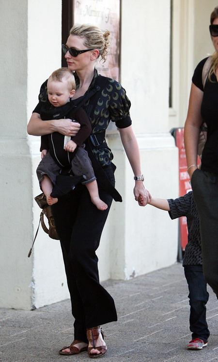 组图:布兰切特现身悉尼怀抱孩子买披萨