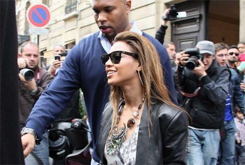 组图:碧昂斯巴黎漫步购物 心情大好为粉丝签名
