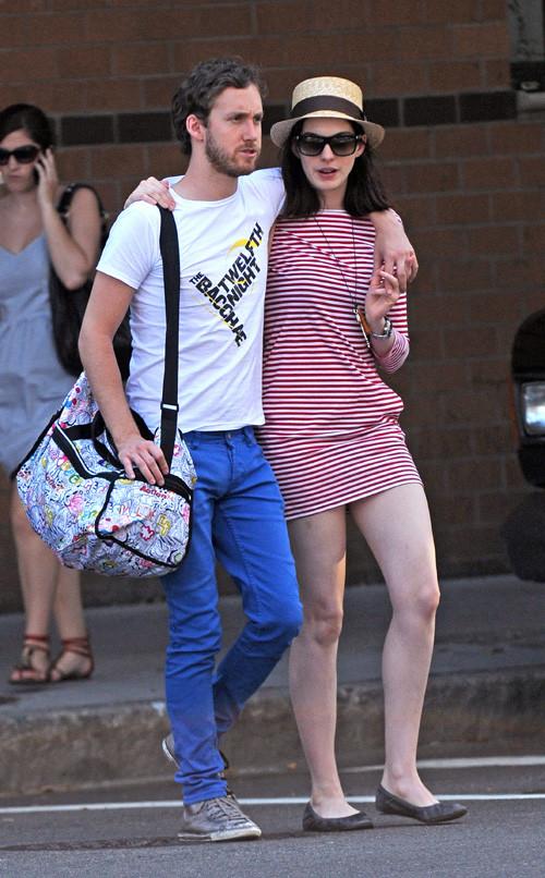组图:安妮-海瑟薇与男友纽约街头漫步扮连体婴