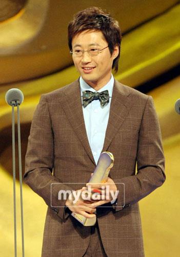 快讯:朴信阳凭《钱的战争》获电视最佳男演员