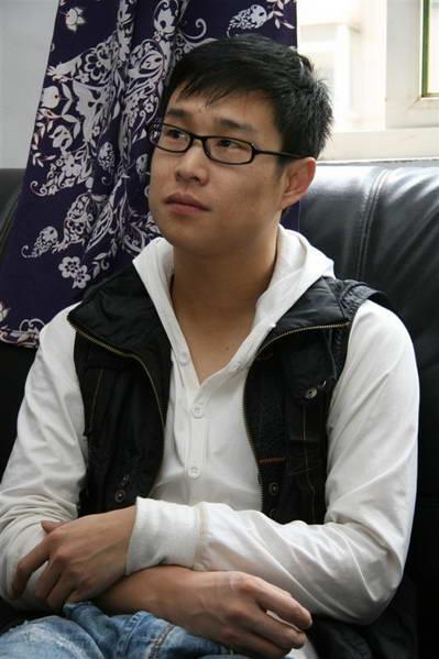 资料图片:小沈阳生活照--戴眼镜也显书卷气