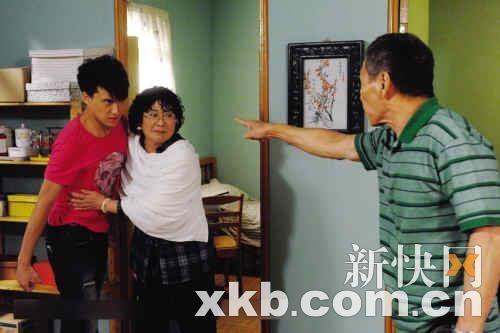 """""""老戏骨""""李司棋(左二)在剧中演苦情妈妈"""